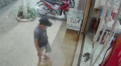 Clip tự nhiên như ruồi: Người đàn ông đi chân đất vào xỏ trộm dép trước cửa nhà dân