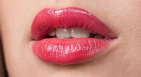 Phun môi bao lâu thì  cần dặm lại