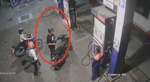 Nhân viên cây xăng bị đâm vì nhắc khách không nghe điện thoại