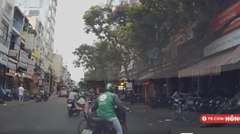 Hành động bất ngờ của tài xế Grab dành cho người đàn ông đi xe lăn qua đường được tán thưởng nhiệt tình