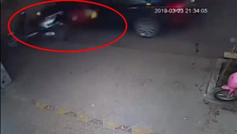 Mải mê chơi điện thoại, Ninja Lead bị ô tô đâm bay người