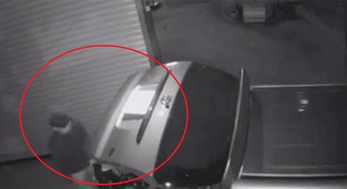 2 tên trộm đi ô tô để chôm được nhiều xe máy