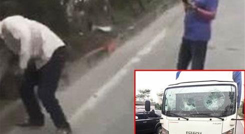 Va chạm giao thông, người đàn ông cầm gạch ném vỡ kính xe tải