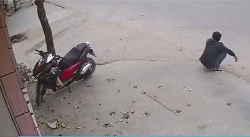 Người đàn ông ngã vật ra đường, thanh niên dựng xe máy hốt hoảng vì bị người dân quây kín đòi đánh
