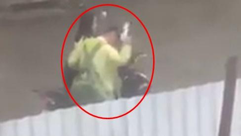 Góc lụy tình gây tranh cãi: Chàng trai đập đầu vỡ cả mũ bảo hiểm trước sự thờ ơ của bạn gái