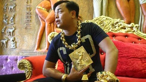 Đại gia đeo vàng nhiều nhất Việt Nam Phúc XO giả bộ nghèo đi hát xin tiền và cái kết