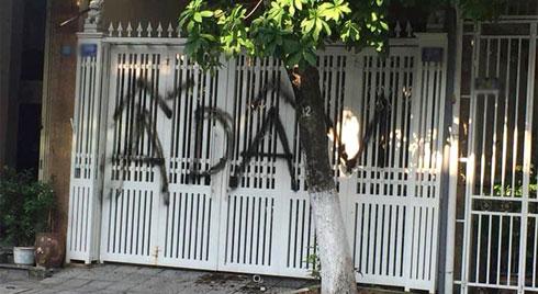 """Nhà ông Linh bị """"khủng bố"""" bằng chất bẩn, xịt sơn sau vụ sàm sỡ bé gái 7 tuổi"""