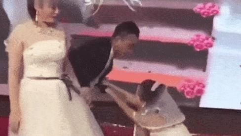 Tình cũ mặc váy cưới đến lôi kéo chú rể, cô dâu 'chết đứng' trên sân khấu ngày hôn lễ
