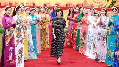 BTS áo dài Hương Queen bừng sáng tại Festival Văn hóa truyền thống Việt 2019