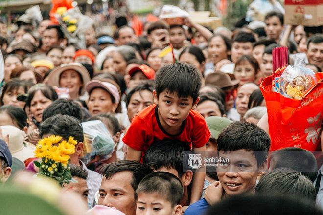 Em nhỏ hoảng sợ khóc thét, được người nhà lôi kéo chen chúc giữa biển người tiến vào đền Hùng-16
