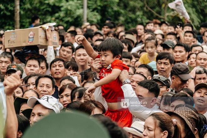 Em nhỏ hoảng sợ khóc thét, được người nhà lôi kéo chen chúc giữa biển người tiến vào đền Hùng-15