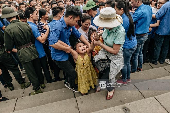 Em nhỏ hoảng sợ khóc thét, được người nhà lôi kéo chen chúc giữa biển người tiến vào đền Hùng-18