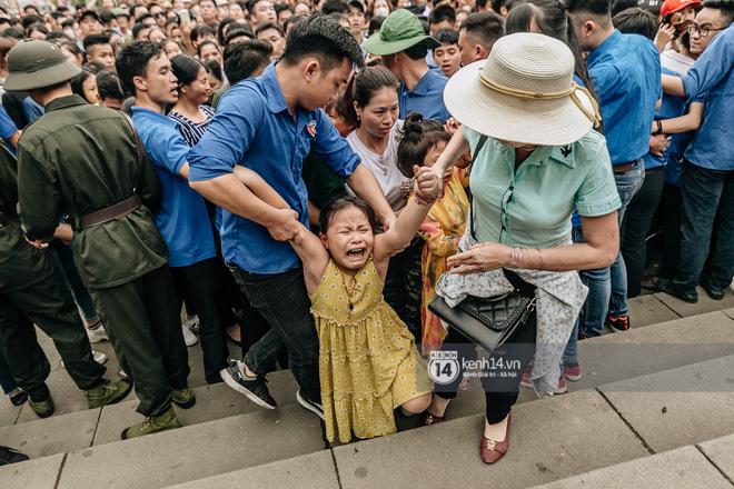 Em nhỏ hoảng sợ khóc thét, được người nhà lôi kéo chen chúc giữa biển người tiến vào đền Hùng-20