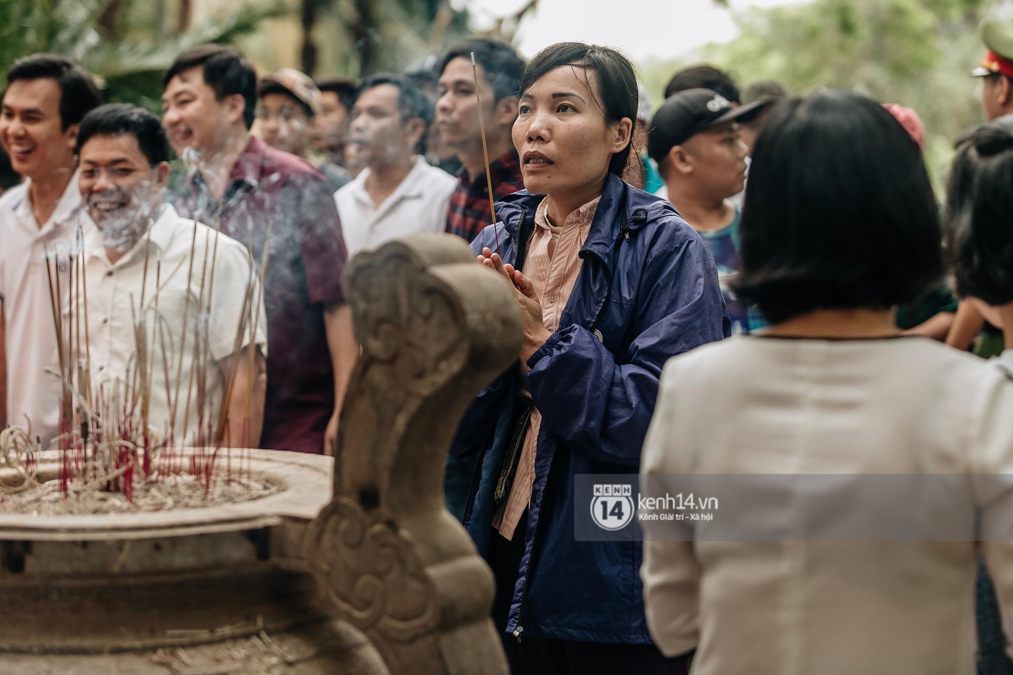 Em nhỏ hoảng sợ khóc thét, được người nhà lôi kéo chen chúc giữa biển người tiến vào đền Hùng-31