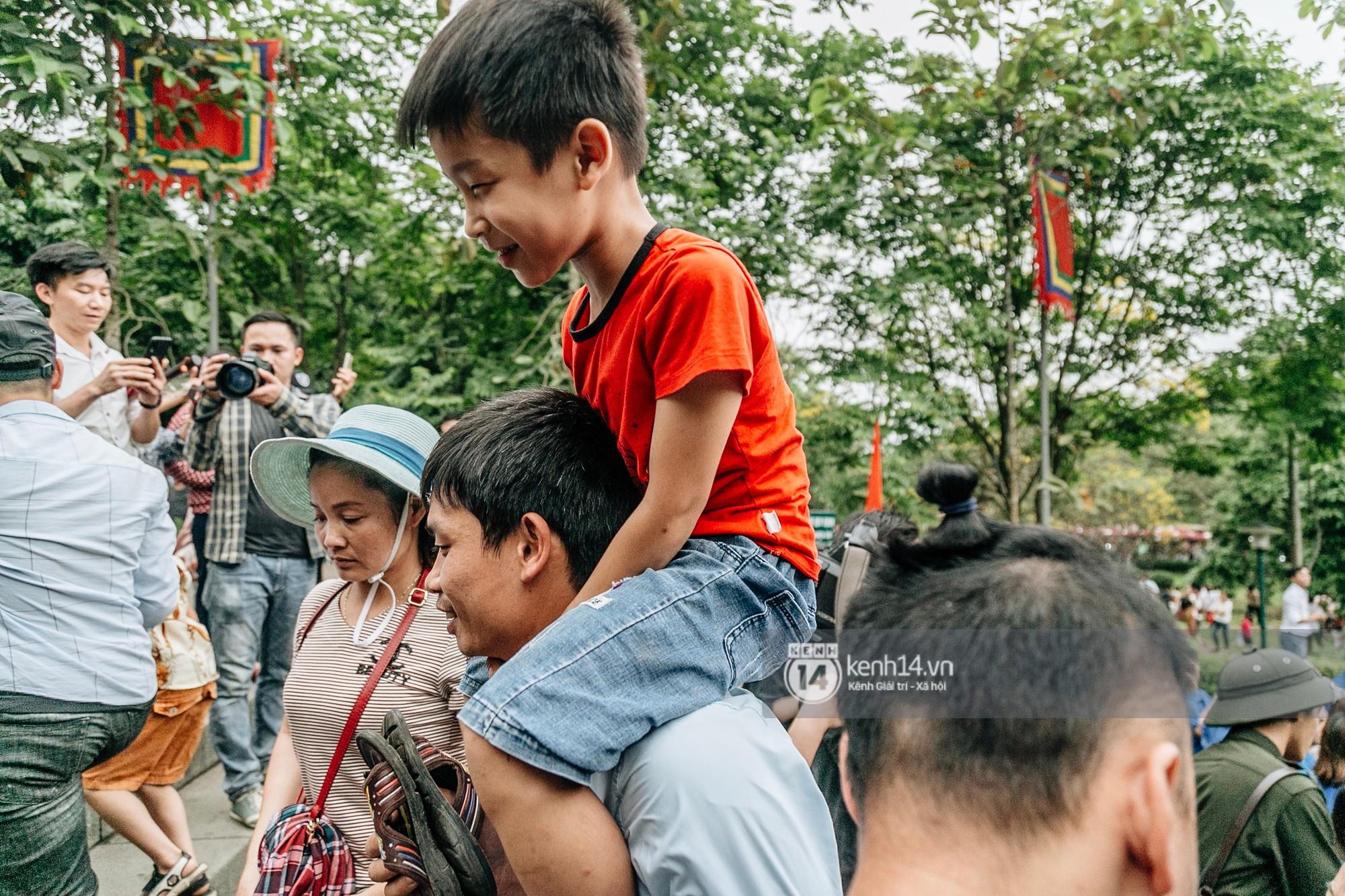 Em nhỏ hoảng sợ khóc thét, được người nhà lôi kéo chen chúc giữa biển người tiến vào đền Hùng-22