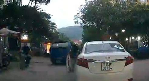 CLIP : Cô gái dừng xe giữa ngã ba đường để vào mua trà sữa