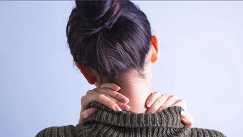 Xoay cổ có nguy cơ gây đột quỵ, thậm chí liệt nửa người