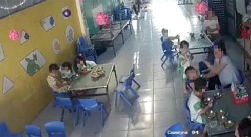Cô giáo mầm non đút cơm tới tấp, bé trai nuốt không kịp liền bị gõ liên tiếp vào đầu, tát vào mặt
