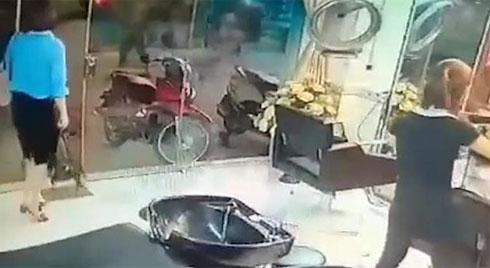 Trộm túi xách ngang nhiên trong tiệm cắt tóc