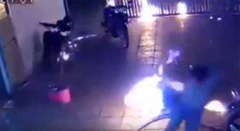 KINH HOÀNG: Cả nhà chạy toán loạn vì bị ném BOM XĂNG như phim hành động Mỹ