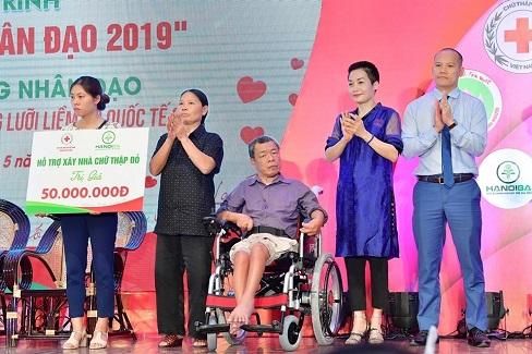 Quỹ Hành trình xanh tặng xe lăn cho người tật nguyền, ủng hộ 'Tháng Nhân đạo 2019'