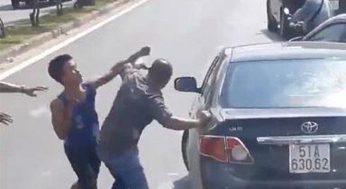 """Đấm gục người khác sau va chạm giao thông, thanh niên: """"Đã bảo không thích đánh nhau rồi"""""""