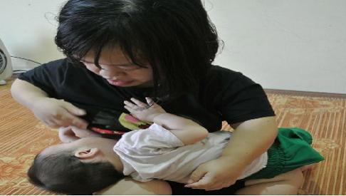 Bố mẹ tật nguyền ôm con 8 tháng tuổi bị teo mật cầu xin sự sống làm xã hội rung động