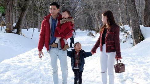 'Gia đình ngược' cực thú vị: Vợ đi làm từ sáng đến tối, chồng ở nhà làm nội trợ, chăm sóc 2 con nhỏ, thu nhập hơn 1 tỷ đồng/năm