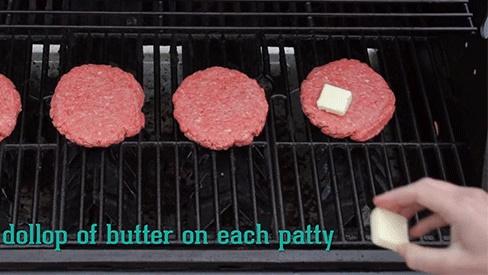 Nướng thịt BBQ cứ đặt 1 viên đá lạnh lên theo cách này, bạn sẽ thấy ngay điều kì diệu