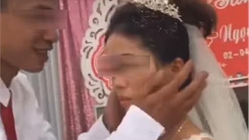 Câu chuyện bất ngờ phía sau clip cô dâu hất tay, từ chối nụ hôn của chú rể trong đám cưới