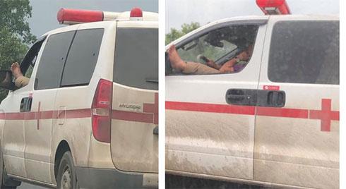 Hốt hoảng nhìn tài xế xe cứu thương vừa phóng xe trên cao tốc vừa gác chân lên cửa nghe điện thoại