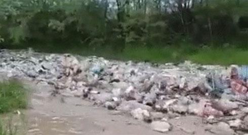 Clip: Trận lũ toàn rác khiến cư dân mạng hoảng sợ về độ ô nhiễm của Trái đất