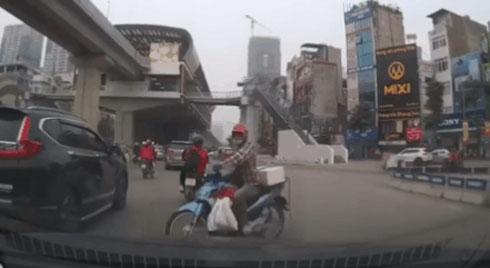Nghênh ngang đi sang đường làm tài xế phanh gấp, thanh niên đạp vào ô tô, hất hàm 'cảm thấy đâm được, đâm đi'