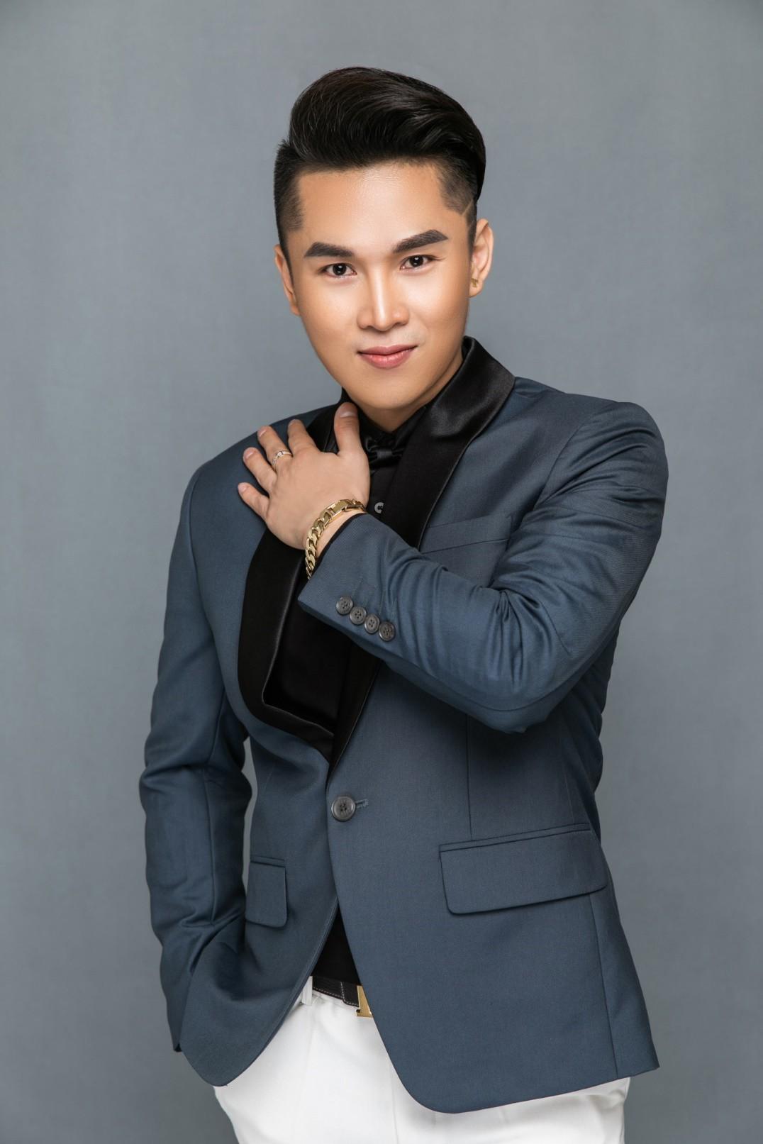 Hát bài mới ra tựa đề Xa em, ca sỹ Du Thiên bị nhóm khán giả lao vào hành hung tại hội chợ vì cho rằng đạo nhạc-2