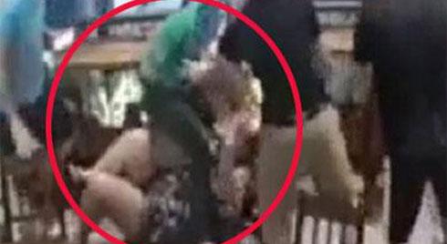 CLIP PHẪN NỘ: Cô gái đang mang bầu bị bạn trai túm tóc, tát tới tấp, đạp ngã ở quán cafe