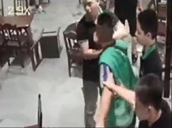 CLIP PHẪN NỘ: Cô gái đang mang bầu bị bạn trai túm tóc, tát tới tấp, đạp ngã ở quán cafe-2