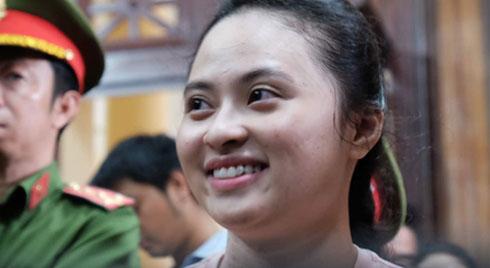 Hot girl Ngọc Miu và Văn Kính Dương cười tươi khi tòa trả hồ sơ, người nhà bật khóc cố níu xe chở phạm nhân