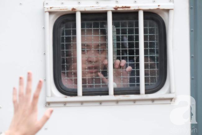 Hot girl Ngọc Miu và Văn Kính Dương cười tươi khi tòa trả hồ sơ, người nhà bật khóc cố níu xe chở phạm nhân-20