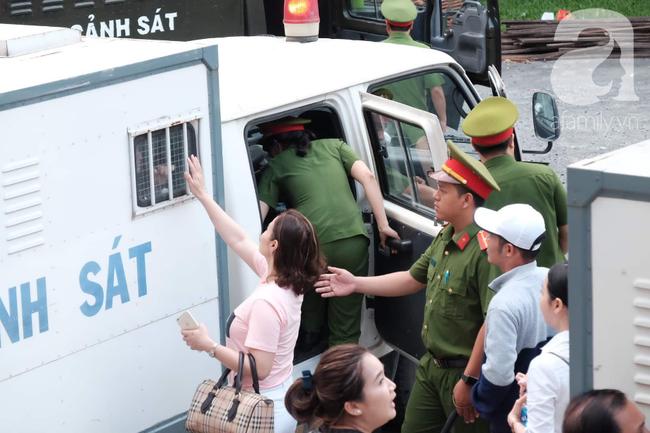 Hot girl Ngọc Miu và Văn Kính Dương cười tươi khi tòa trả hồ sơ, người nhà bật khóc cố níu xe chở phạm nhân-16