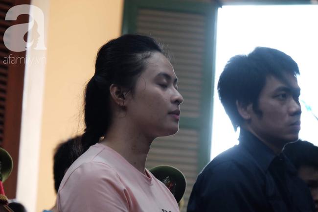 Hot girl Ngọc Miu và Văn Kính Dương cười tươi khi tòa trả hồ sơ, người nhà bật khóc cố níu xe chở phạm nhân-5