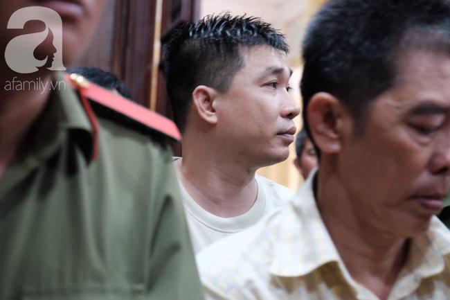 Hot girl Ngọc Miu và Văn Kính Dương cười tươi khi tòa trả hồ sơ, người nhà bật khóc cố níu xe chở phạm nhân-1