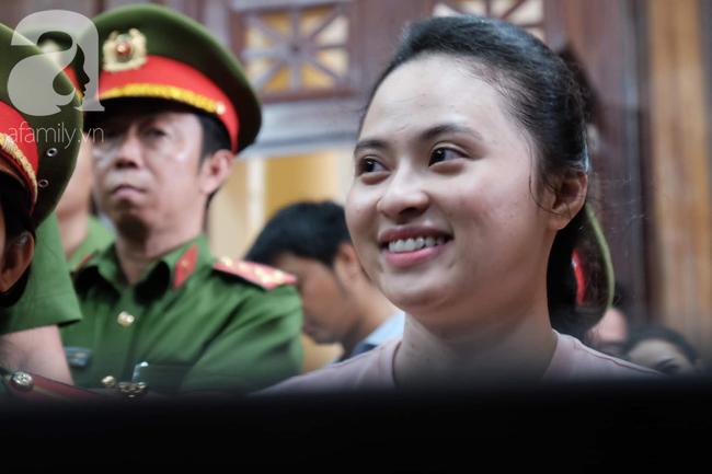 Hot girl Ngọc Miu và Văn Kính Dương cười tươi khi tòa trả hồ sơ, người nhà bật khóc cố níu xe chở phạm nhân-3