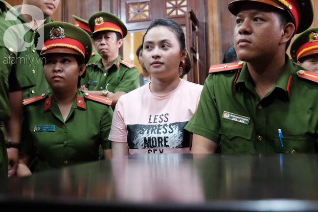 Hot girl Ngọc Miu và Văn Kính Dương cười tươi khi tòa trả hồ sơ, người nhà bật khóc cố níu xe chở phạm nhân-11