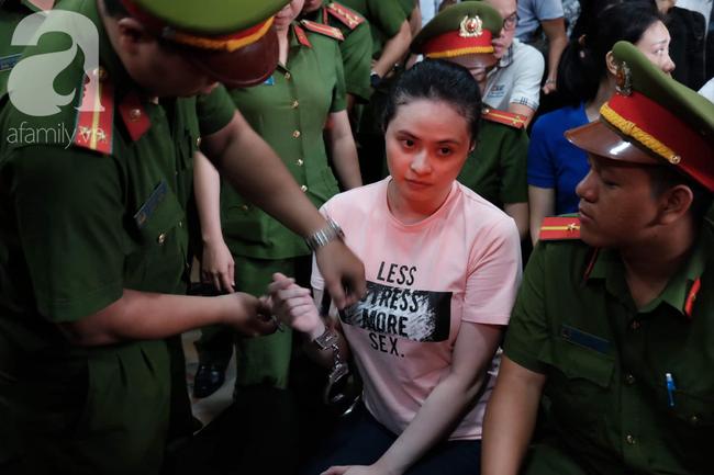 Hot girl Ngọc Miu và Văn Kính Dương cười tươi khi tòa trả hồ sơ, người nhà bật khóc cố níu xe chở phạm nhân-4