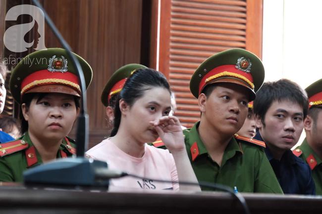 Hot girl Ngọc Miu và Văn Kính Dương cười tươi khi tòa trả hồ sơ, người nhà bật khóc cố níu xe chở phạm nhân-10