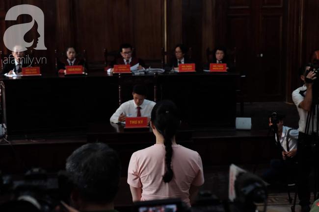 Hot girl Ngọc Miu và Văn Kính Dương cười tươi khi tòa trả hồ sơ, người nhà bật khóc cố níu xe chở phạm nhân-7