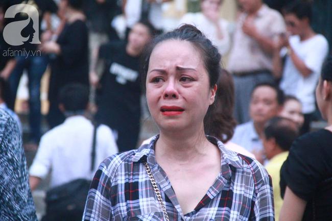 Hot girl Ngọc Miu và Văn Kính Dương cười tươi khi tòa trả hồ sơ, người nhà bật khóc cố níu xe chở phạm nhân-17