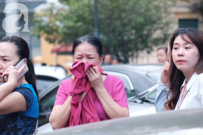 Hot girl Ngọc Miu và Văn Kính Dương cười tươi khi tòa trả hồ sơ, người nhà bật khóc cố níu xe chở phạm nhân-19