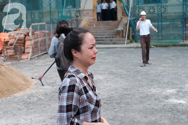 Hot girl Ngọc Miu và Văn Kính Dương cười tươi khi tòa trả hồ sơ, người nhà bật khóc cố níu xe chở phạm nhân-18
