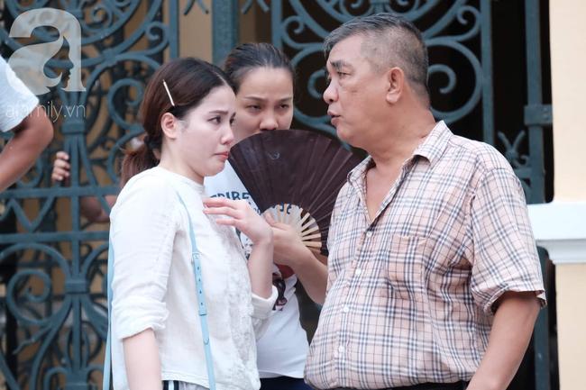 Hot girl Ngọc Miu và Văn Kính Dương cười tươi khi tòa trả hồ sơ, người nhà bật khóc cố níu xe chở phạm nhân-15